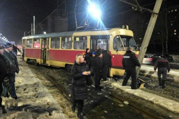трамвай завалил столб
