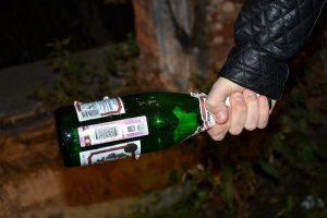 чуть не убили бутылкой