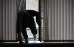 Мужчина с крюком попытался по стене забраться в квартиру депутата-единоросса